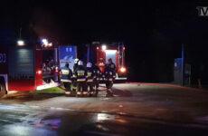 Zdjęcie przedstawia straż pożarną w czasie gaszenia pożaru